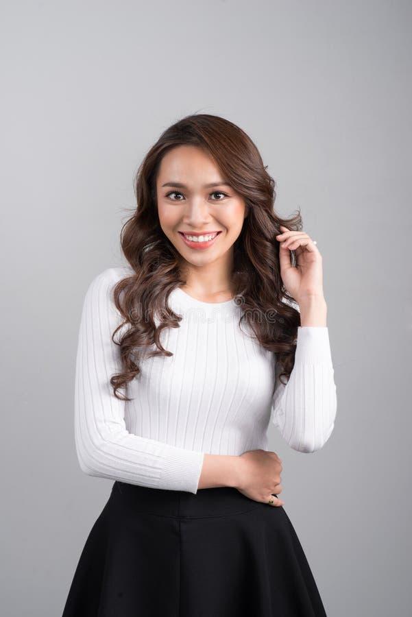 Mulher de negócios segura de sorriso do asiático que olha a posição reta imagens de stock royalty free