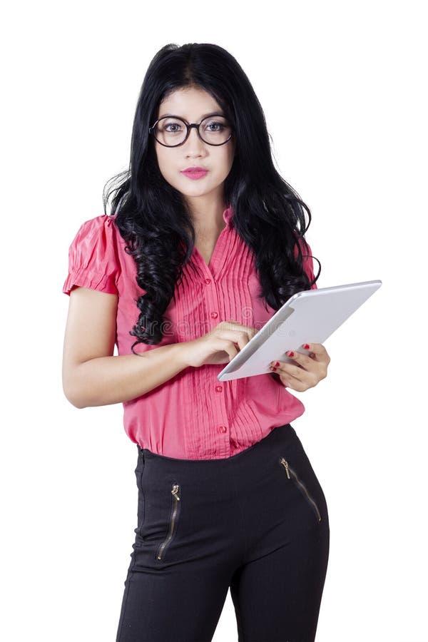 Mulher de negócios segura que guarda a tabuleta no estúdio imagem de stock