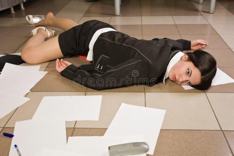 Mulher de negócios sem-vida em um escritório imagens de stock