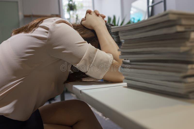 A mulher de negócios sente forçada e esgotada fotos de stock
