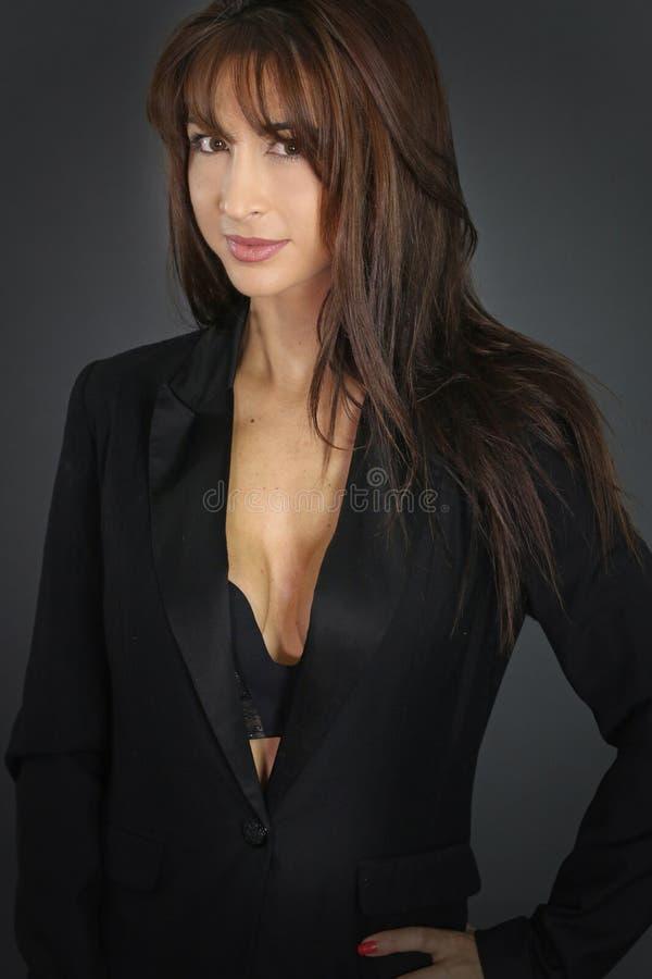 Mulher de negócios 'sexy' que veste um terno imagens de stock royalty free