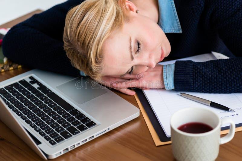 Mulher de negócios Sleeping At Desk fotografia de stock royalty free