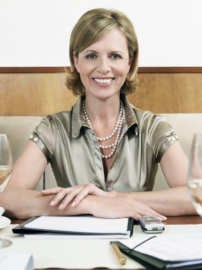 Mulher de negócios Smiling In Restaurant fotografia de stock