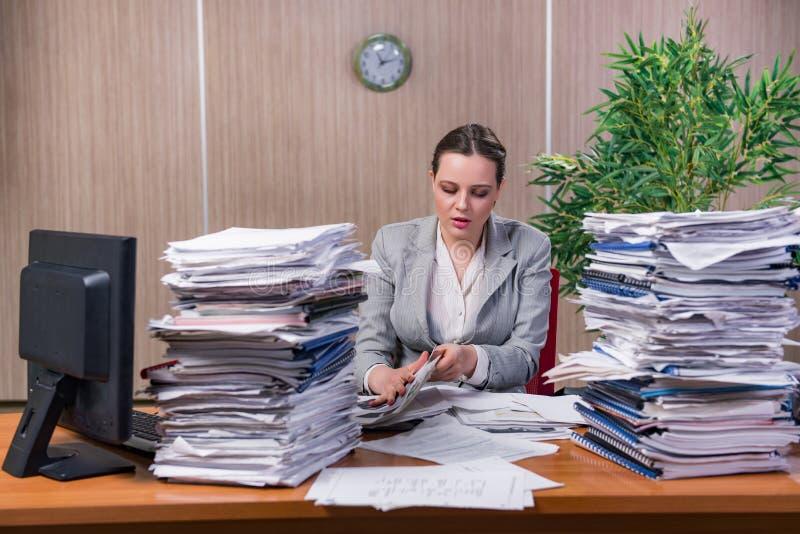 A mulher de negócios sob o esforço que trabalha no escritório imagens de stock