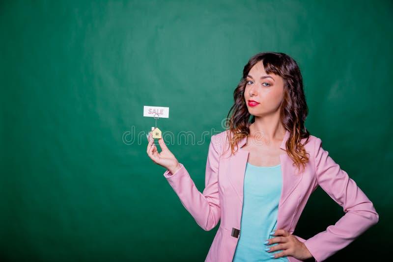 Mulher de negócios de sorriso, makler com uma casa modelo Casa para a venda Mulher do mediador imobiliário com modelo da casa Cas foto de stock royalty free