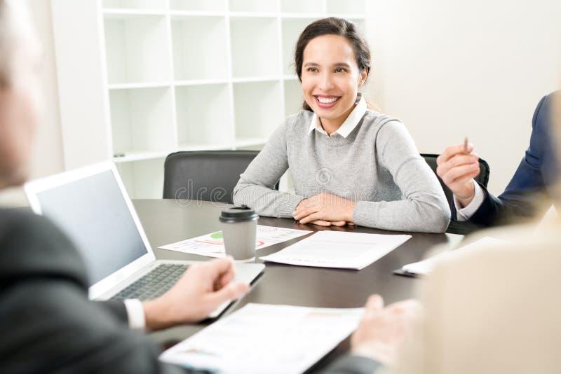 Mulher de negócios de sorriso na reunião fotos de stock royalty free