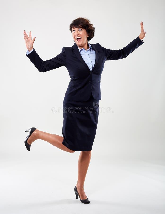 Mulher de negócios superior alegre, comprimento completo imagens de stock