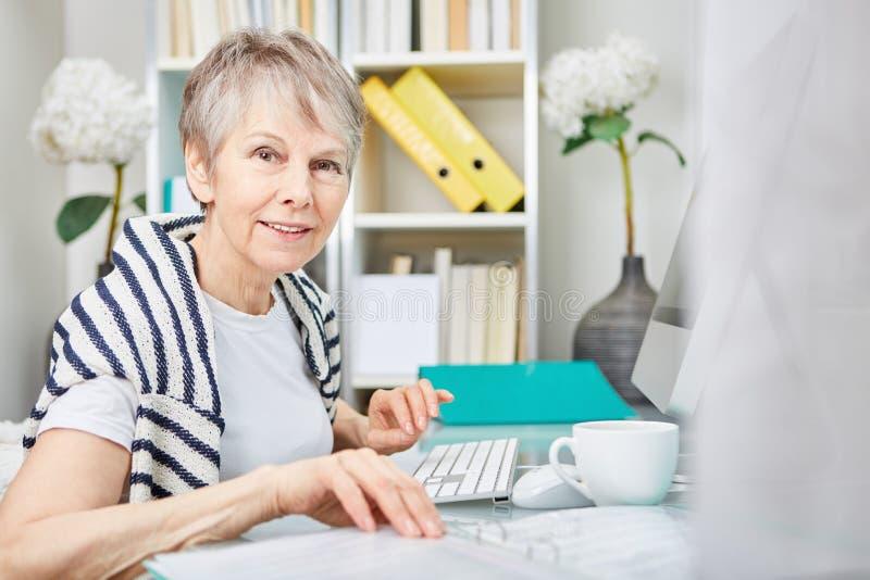 Mulher de negócios superior em seu escritório foto de stock royalty free
