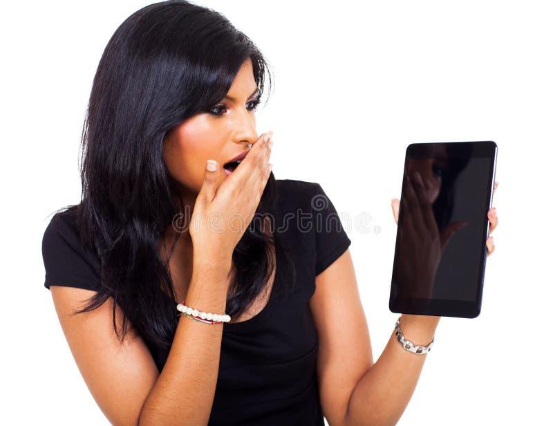 Tabuleta surpreendida da mulher de negócios fotos de stock