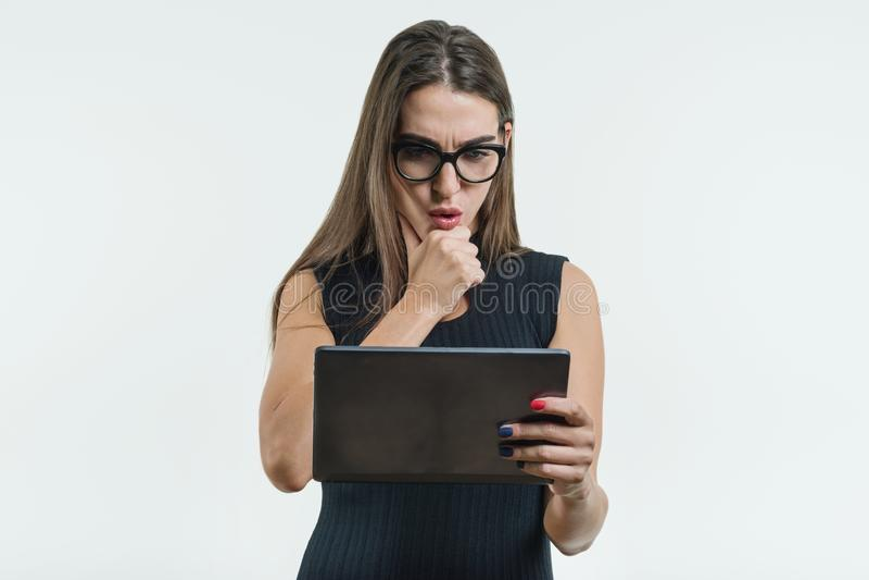 Mulher de negócios surpreendida jovens com uma tabuleta digital foto de stock royalty free