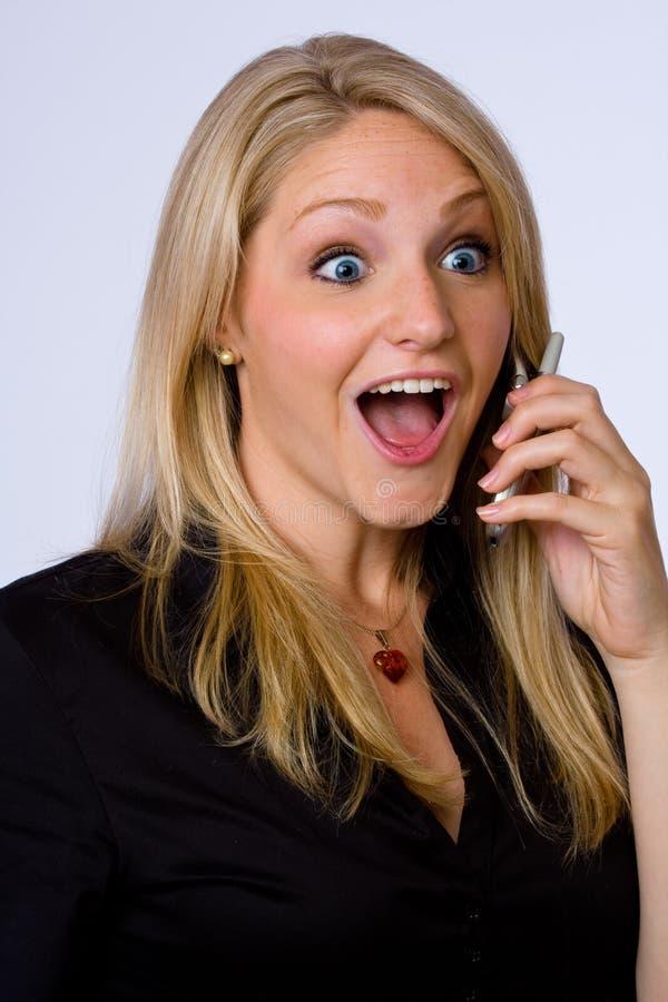Mulher de negócios surpreendida no telefone de pilha. fotos de stock royalty free