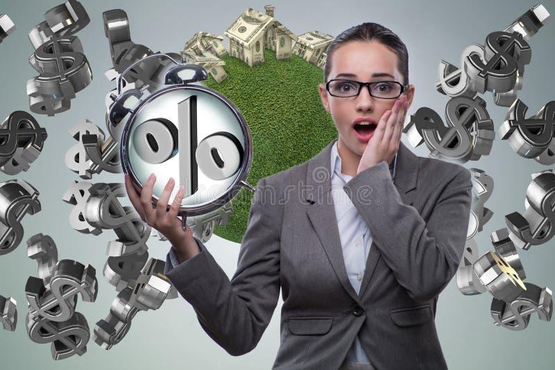 A mulher de negócios surpreendida sobre taxas hipotecárias altas do interesse foto de stock royalty free