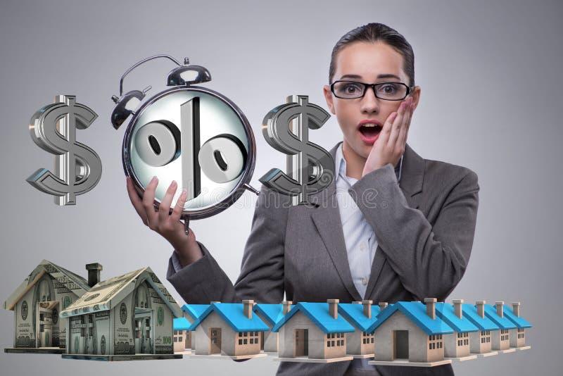 A mulher de negócios surpreendida sobre taxas hipotecárias altas do interesse imagem de stock