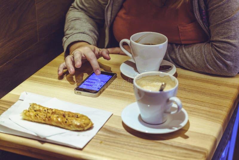 a mulher de negócios, telefone celular do uso, menina usa um smartphone, Youn fotografia de stock royalty free