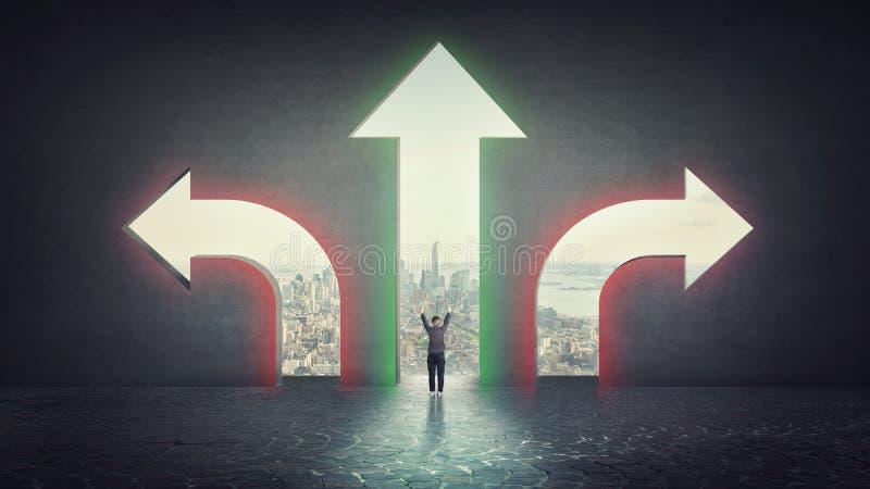 A mulher de negócios tem que escolher entre três sentidos diferentes indicados por setas que aponta em lados opostos como a porta imagem de stock