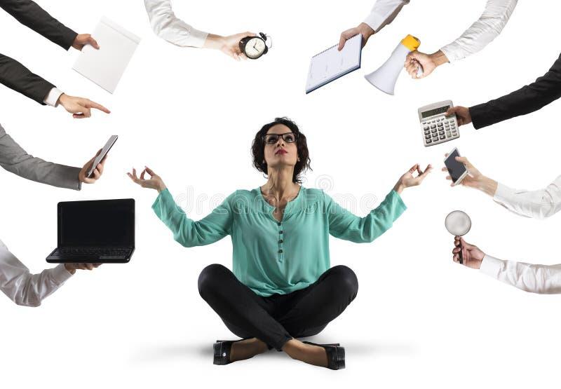 A mulher de negócios tenta manter a calma com ioga devida forçar e sobrecarregar no frigideira chinesa foto de stock royalty free
