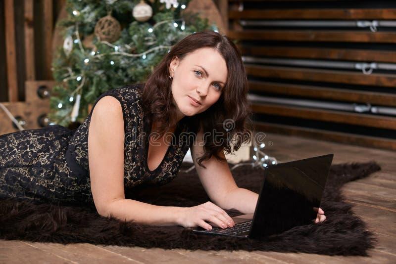 Mulher de negócios Trabalho do computador Tapete escuro Árvore de Natal fotografia de stock