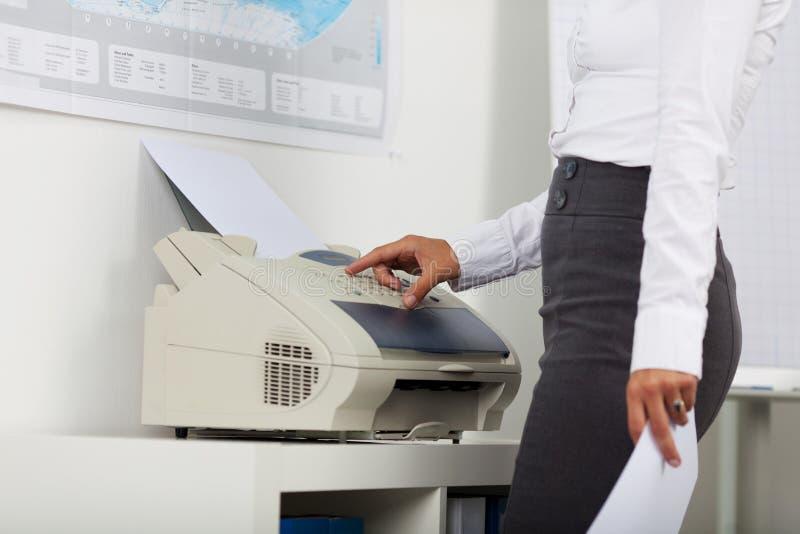 Mulher de negócios Using Copy Machine imagem de stock royalty free