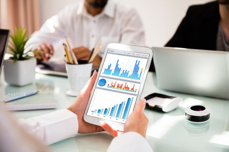 Mulher de negócios Using Digital Tablet com gráficos na tela fotos de stock