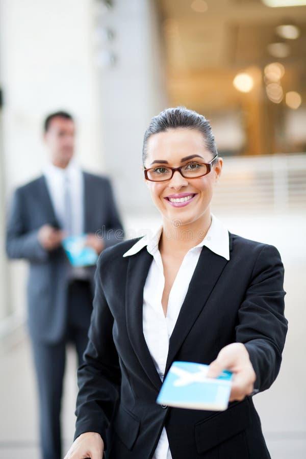 A mulher de negócios verific dentro imagem de stock royalty free