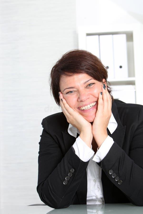 Mulher de negócios vivacious de sorriso fotografia de stock