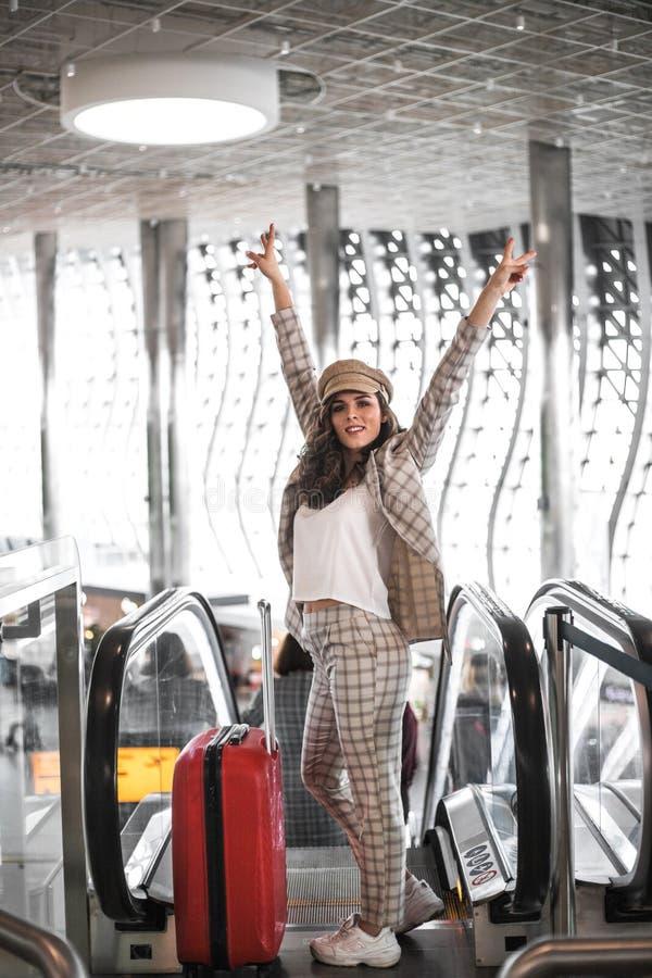 Mulher de neg?cio bonita na escada rolante no aeroporto fotografia de stock