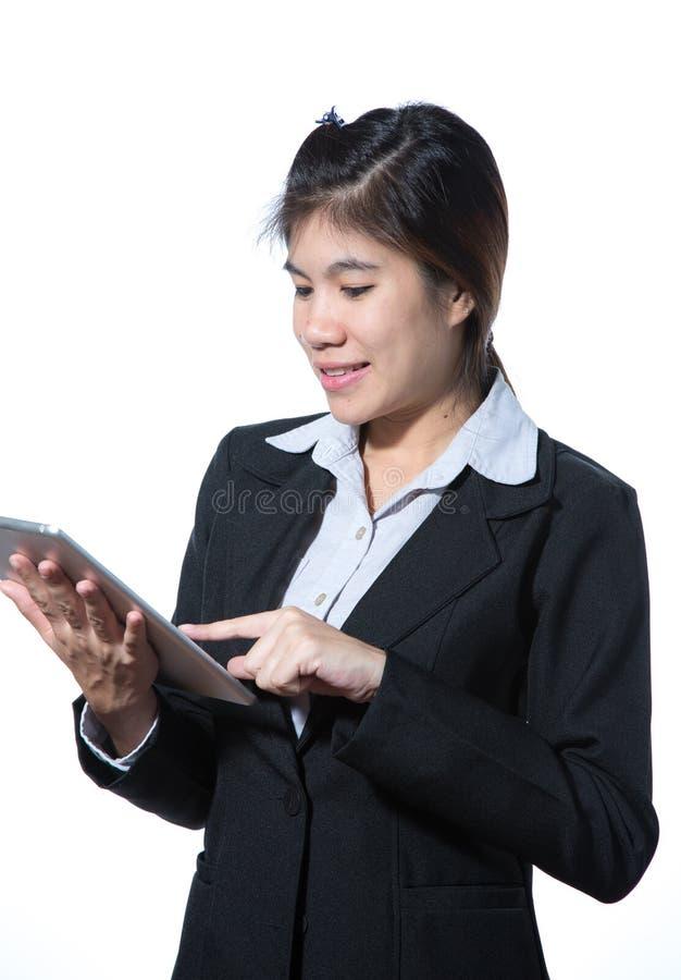 Mulher de neg?cio esperta segura, sorrindo, conceito usando a tabuleta do computador fotografia de stock royalty free