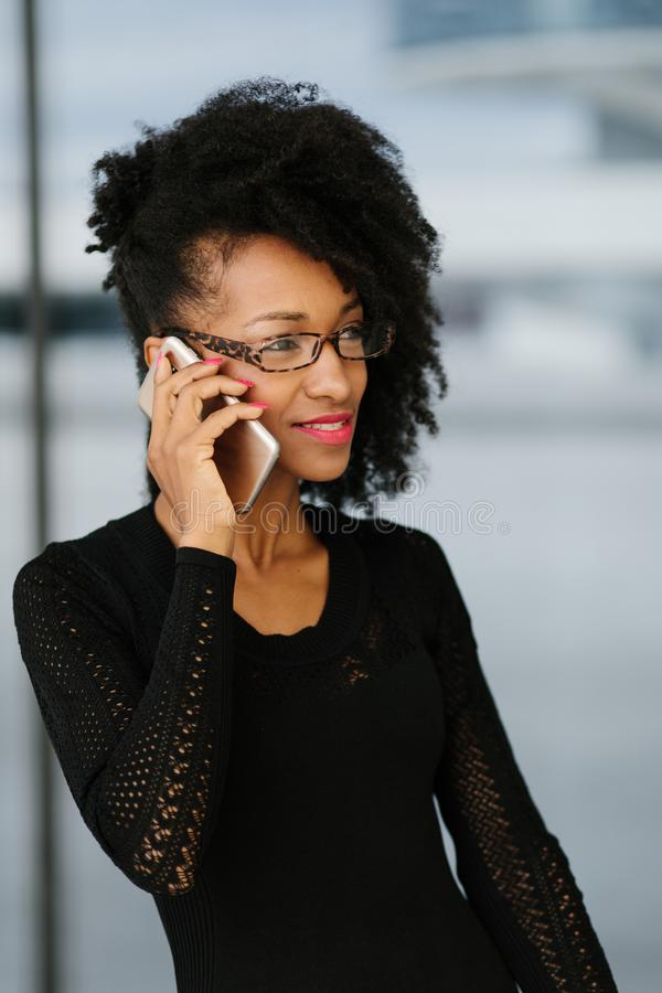 Mulher de neg?cios elegante nova que usa o telefone celular fotografia de stock royalty free