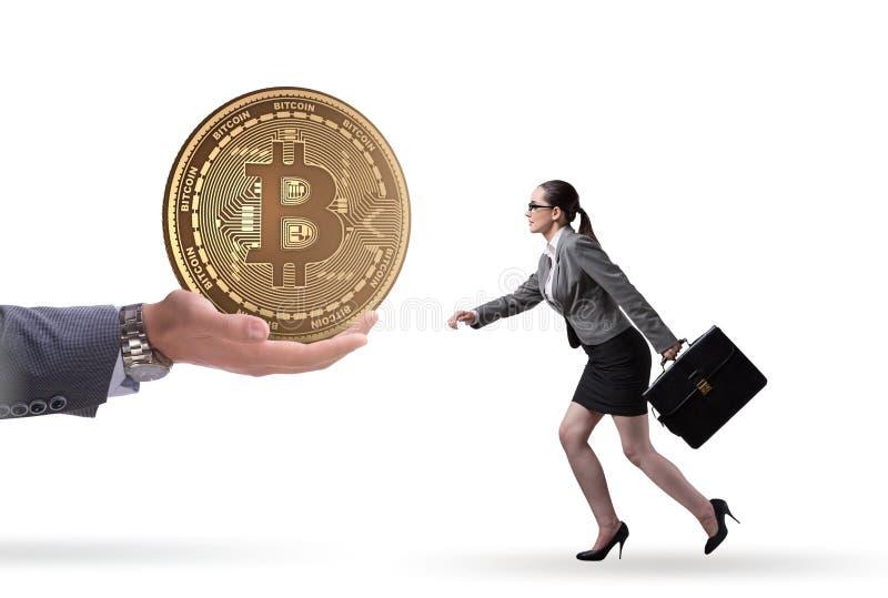 Mulher de neg?cios no conceito do aumento de pre?os do bitcoin fotografia de stock