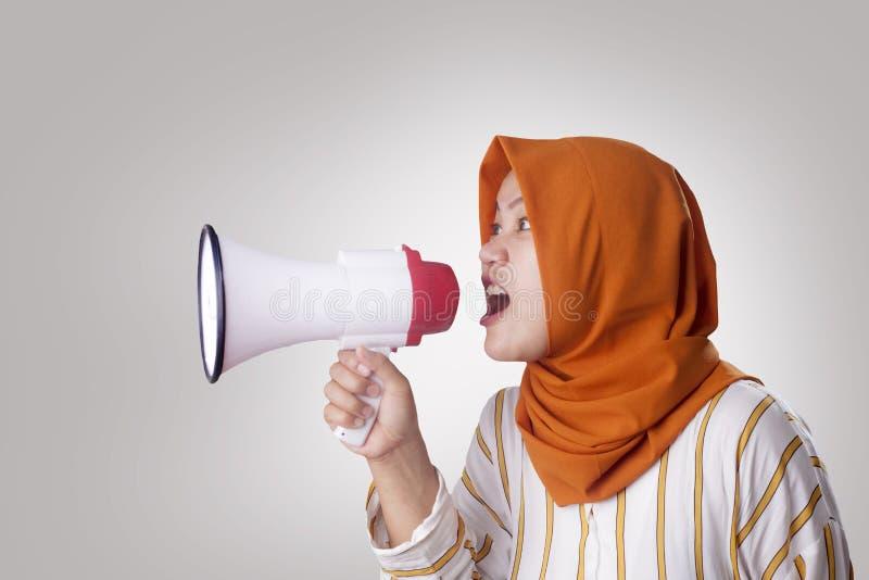 Mulher de neg?cios nova Angry, gritando usando o megafone fotos de stock