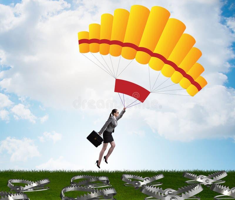 Mulher de neg?cios que cai na armadilha no paraquedas fotografia de stock royalty free