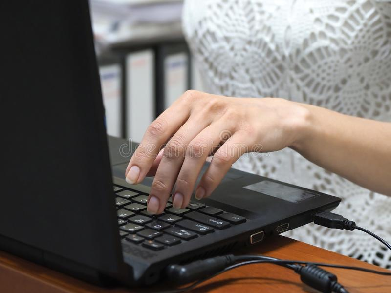 mulher de neg?cios que trabalha em um port?til no escrit?rio Close-up da mão no teclado fotografia de stock