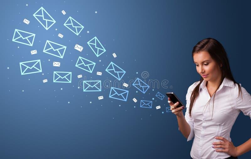 Mulher de neg?cios que usa o telefone com conceito do correio ao redor foto de stock royalty free