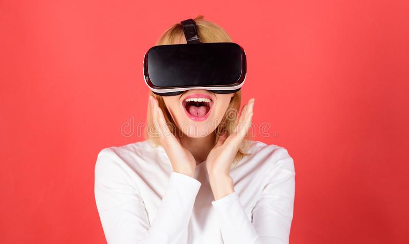 Mulher de neg?cios de sorriso Excited que veste vidros da realidade virtual Jovem mulher que usa uns auriculares da realidade vir imagem de stock