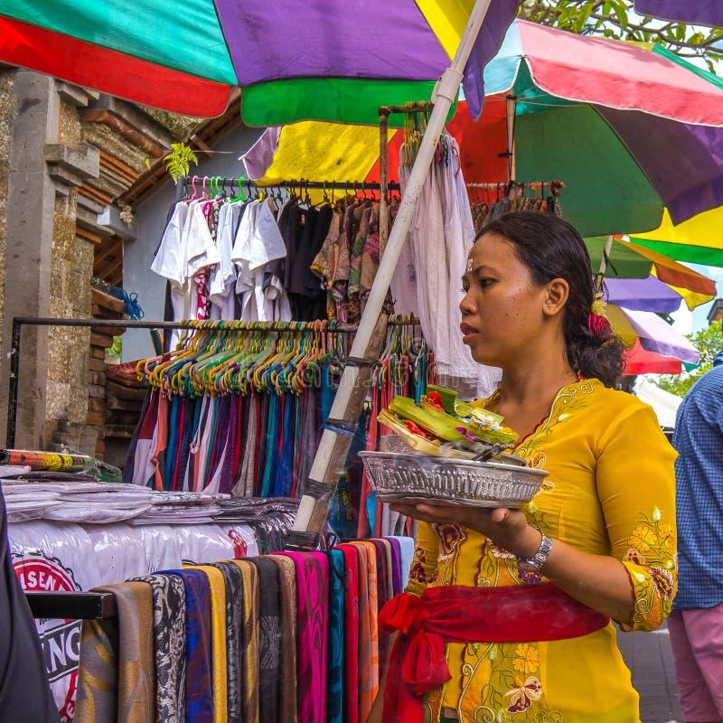 Mulher de oferecimento votiva do Balinese fora de uma loja no mercado fotos de stock royalty free