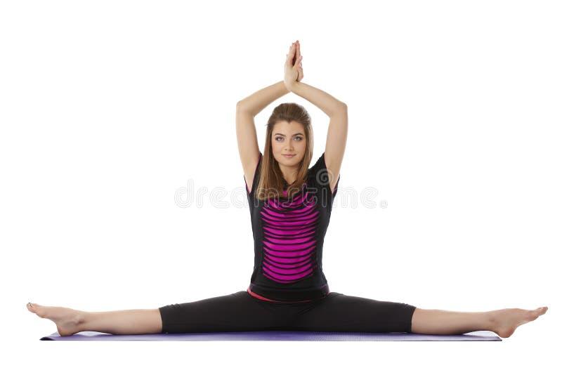 A mulher de olhos azuis bonita pratica a ioga na câmera foto de stock