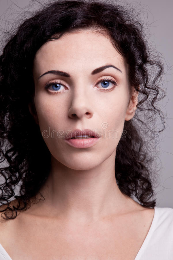 Mulher de olhos azuis nobre encaracolado fotografia de stock royalty free