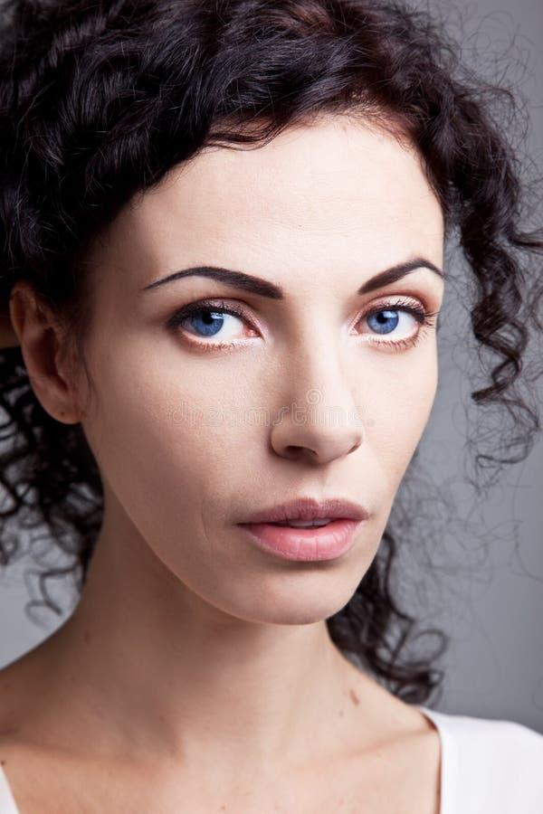 Mulher de olhos azuis nobre encaracolado imagens de stock