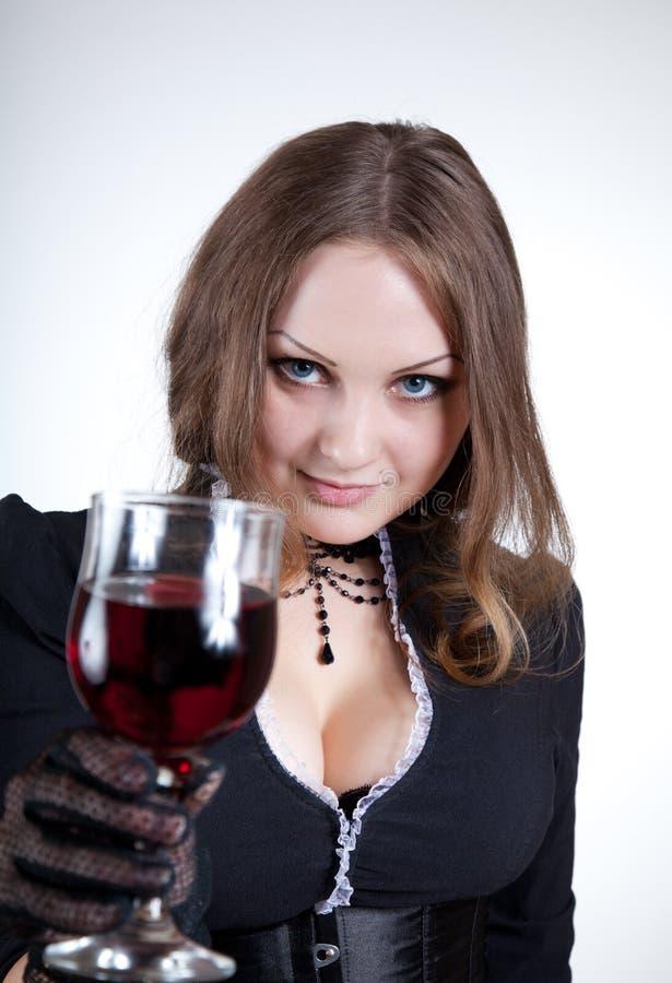Mulher de olhos azuis sensual com vidro do vinho fotografia de stock royalty free