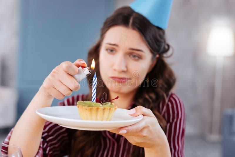 Mulher de olhos verdes que guarda pouco bolo de aniversário imagem de stock royalty free