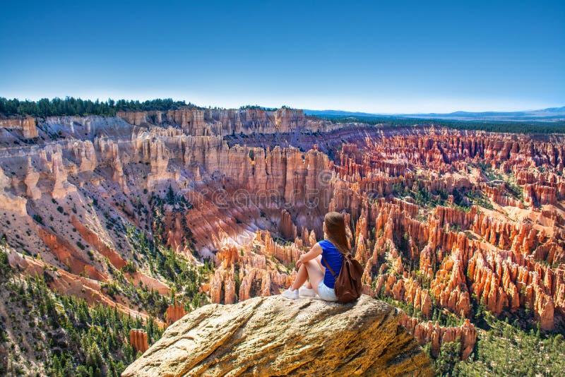 Mulher de Oung que relaxa na rocha nas férias de verão que caminham a viagem fotos de stock