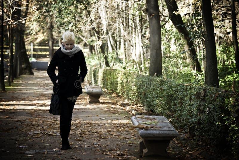 Mulher de passeio fotografia de stock royalty free