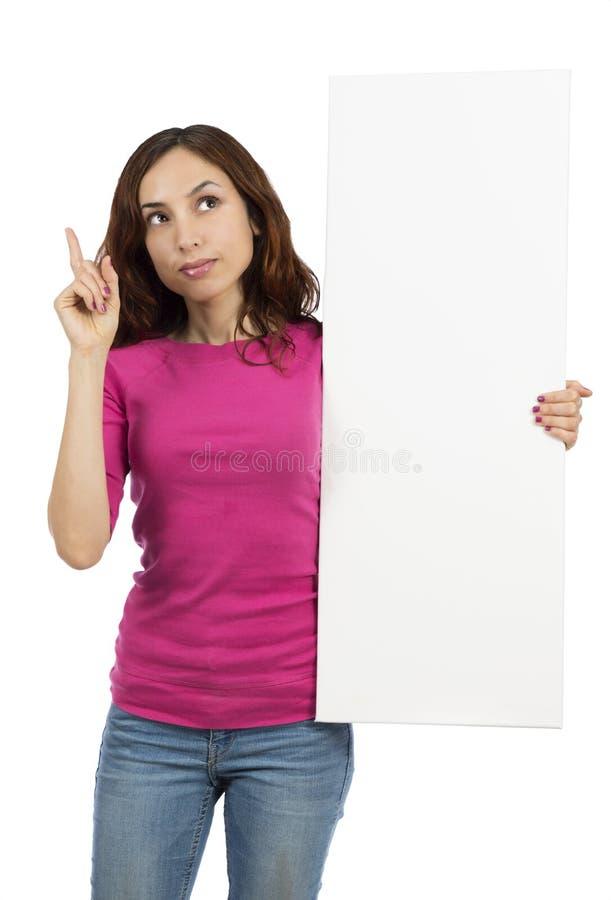 Mulher de pensamento com um quadro de avisos da propaganda fotografia de stock
