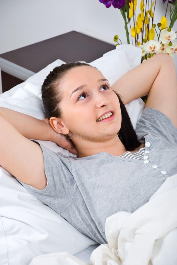 Mulher de pensamento na cama imagem de stock royalty free