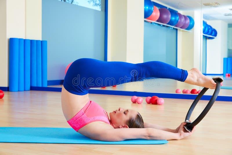 A mulher de Pilates rola sobre o exercício mágico do anel imagem de stock royalty free
