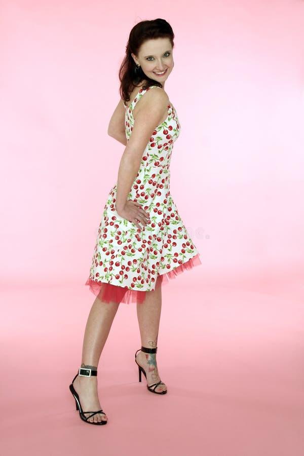 Mulher de Pinup em um vestido da cereja imagem de stock