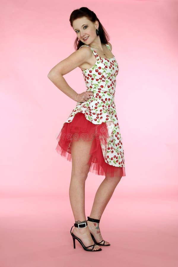 Mulher de Pinup no vestido da cereja imagem de stock