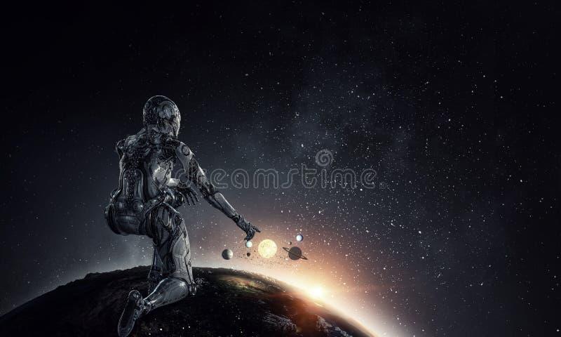 Mulher de prata do Cyborg que senta-se em em uns joelho e sorriso fotografia de stock