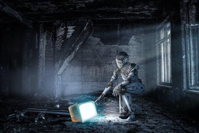 Mulher de prata do Cyborg que senta-se em em uns joelho e sorriso imagem de stock