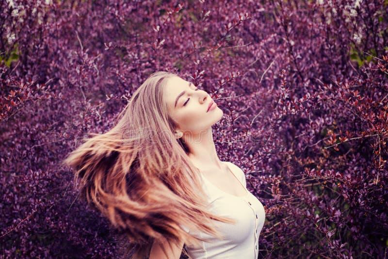 Mulher de relaxamento no fundo da natureza da fantasia fotografia de stock royalty free